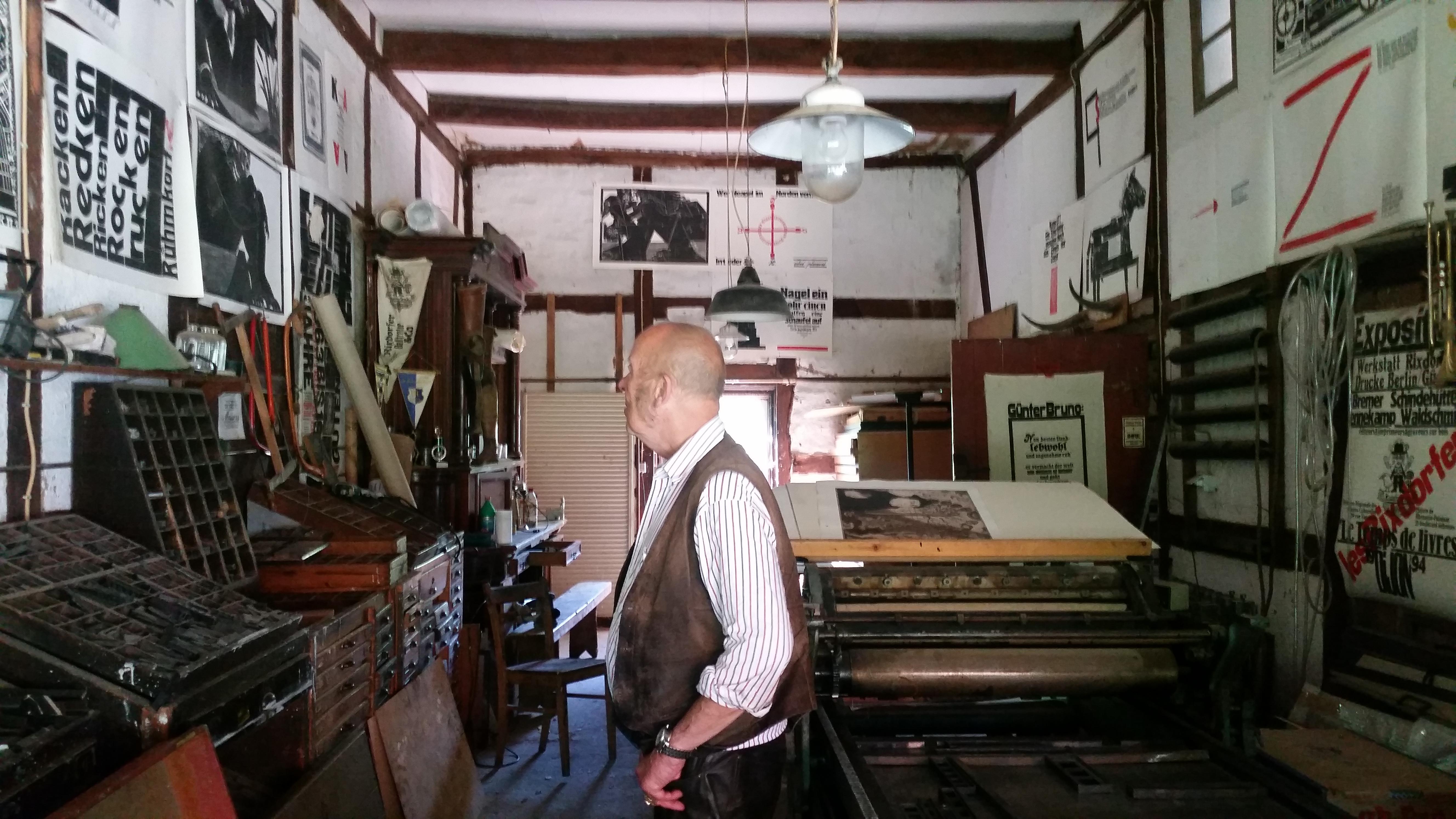 Uwe Bremer in seiner Werkstatt